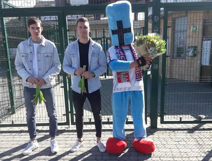 Piłkarze Wisły i klubowa maskotka wręczali kwiaty z okazji Dnia Kobiet.