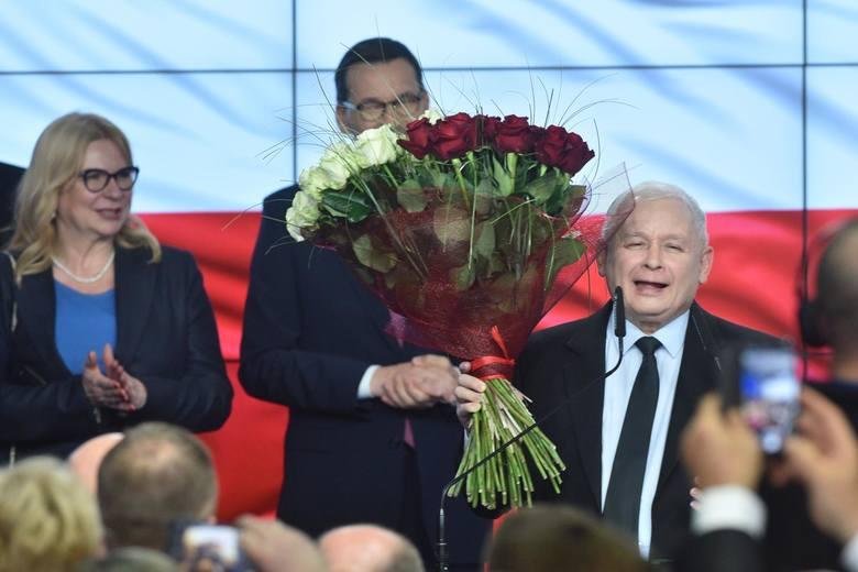 """Wybory parlamentarne 2019. PiS wygrywa wybory. Oświadczenie Jarosława Kaczyńskiego. """"To najlepszy dzień w historii PiS"""""""