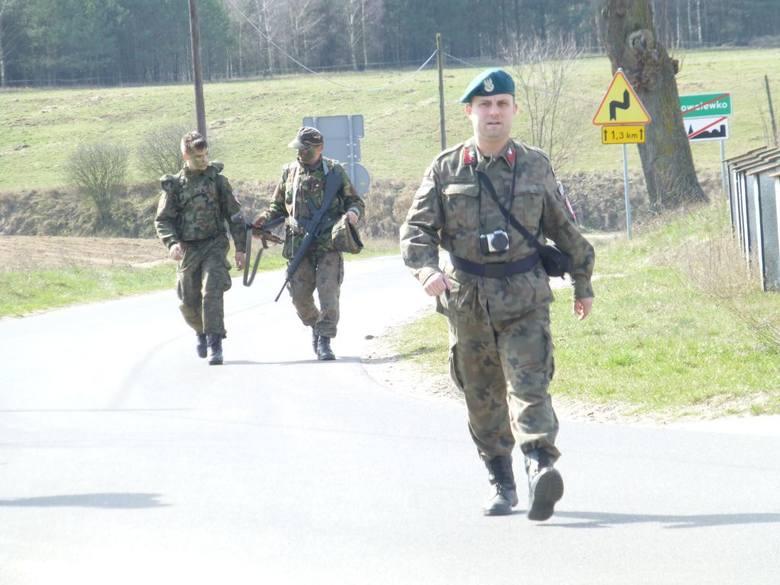 Komendantem nakielskiego Strzelca - na pierwszym planie - jest Sławomir Polaków, który w organziacji posiada stopień st. sierżanta.