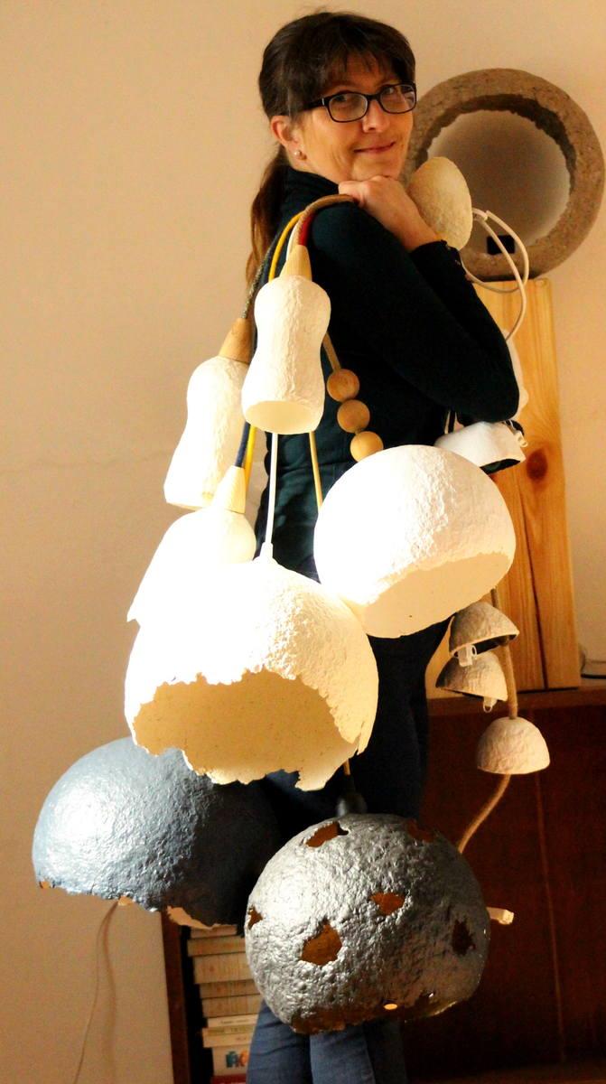 - Wazon, który lekko pękł i przecieka, ale jest w rodzinie od lat i nie można go tak po prostu wyrzucić, serweta babci z małą dziurką i niespieralną plamą, a nawet kawałek belki z budowy ogrodowej altany. Patrzę na nie i widzę lampę – mówi Magdalena Moczkodan, która ręcznie robi lampy z papier...
