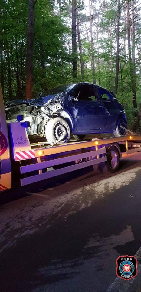Kierowca renault tak pędził drogą powiatową do Piecek pod Bydgoszczą, że auto wylądowało na boku. Do zdarzenia doszło w czwartek. Strażacy i policja