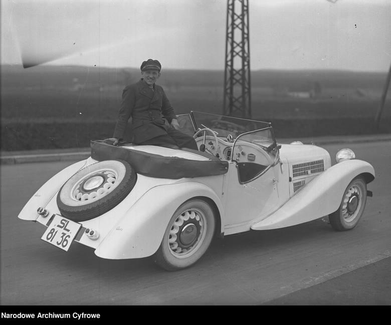 Kultowe samochody na starych zdjęciach. Te modele jeździły dawniej po polskich drogach, dziś kosztują majątek