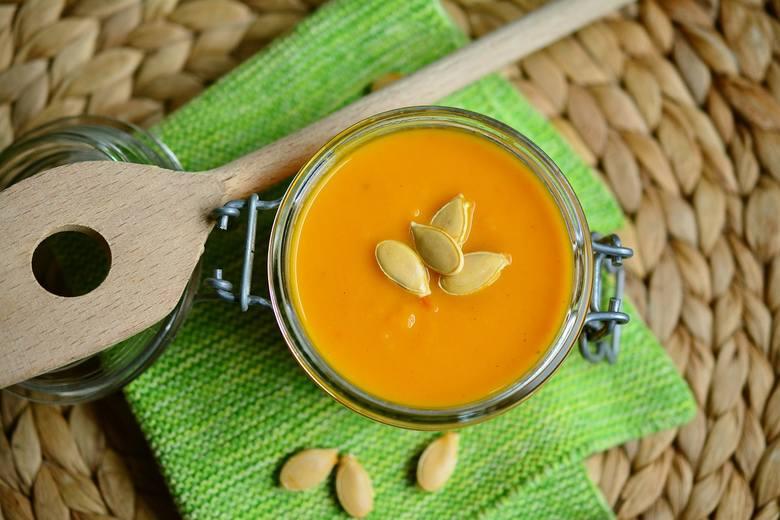 Gotowe zupy, które wystarczy podgrzać np. krem z dyni czy pomidorów, barszcz albo żurek.