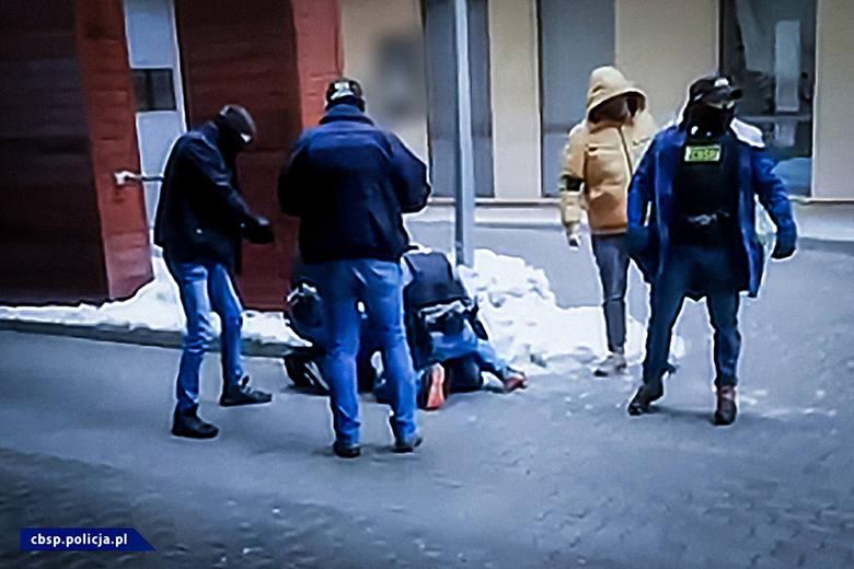 Funkcjonariusze zatrzymali kolejne osoby w związku z działalnością Psycho Fans. Zabezpieczono amunicję i 160 tys. złotych w gotówceZobacz kolejne zdjęcia.