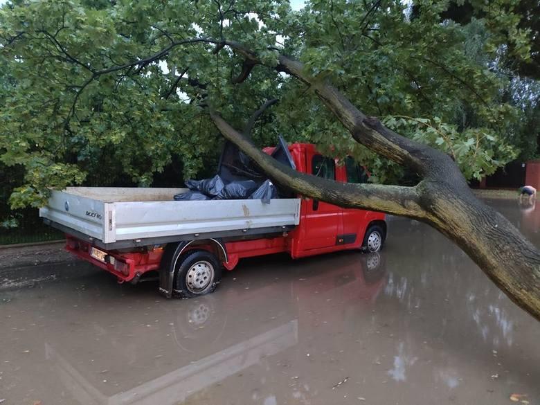 Potężna burza z oberwaniem chmury przeszła przez wiele miast Śląska i Zagłębia. Mieszkańcy informuja o zalanych drogach i przejazdach. W wielu miejscach