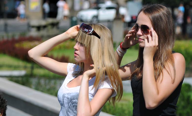 O czym należy pamiętać kupując okulary przeciwsłoneczne? Podpowiadamy, na co trzeba zwrócić uwagę, aby ciemne szkła były dla nas bezpieczne. Zapraszamy