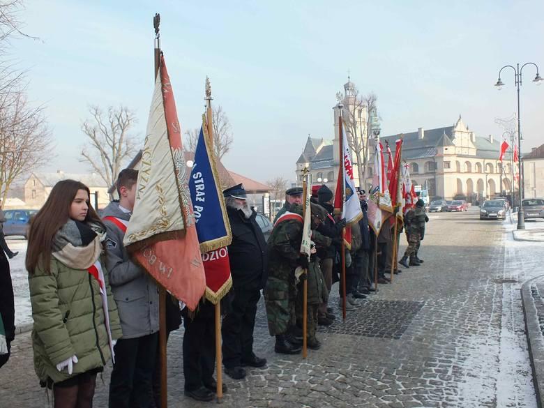 Poczty sztandarowe podczas uroczystości przy pomniku generała Mariana Langiewicza w Wąchocku