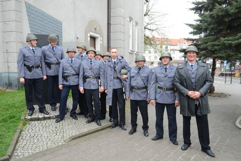 """Milicjantów """"odgrywali"""" członkowie Grupy Rekonstrukcyjno-Filmowej Bemowo."""