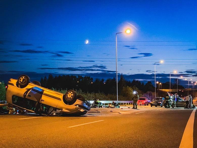 Groźny wypadek na obwodnicy Ełku: Samochód dachował. Troje dzieci poszkodowanych [ZDJĘCIA]