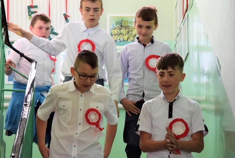 Niecodzienna uroczystość miała miejsce w Szkole Podstawowej w Ośniszczewku. Z okazji 100-lecia odzyskania przez Polskę niepodległości, na szkolnym dziedzińcu