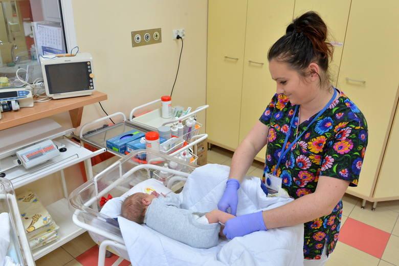 Na zdjęciu położna Wioleta Kutera-Kruk z oddziału neonatologicznego Świętokrzyskiego Centrum Matki i Noworodka w Kielcach