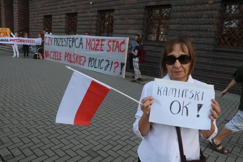 """We wtorek wieczorem kilku manifestantów i kontrmanifestantka pojawiło się na spontanicznym proteście. """"Obywatele RP"""" zwracali uwagę na bezprawne, jak"""