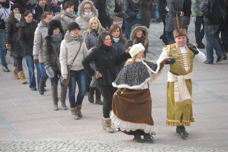Maturzyści zatańczyli poloneza na Rynku w Opolu [zdjęcia, video]