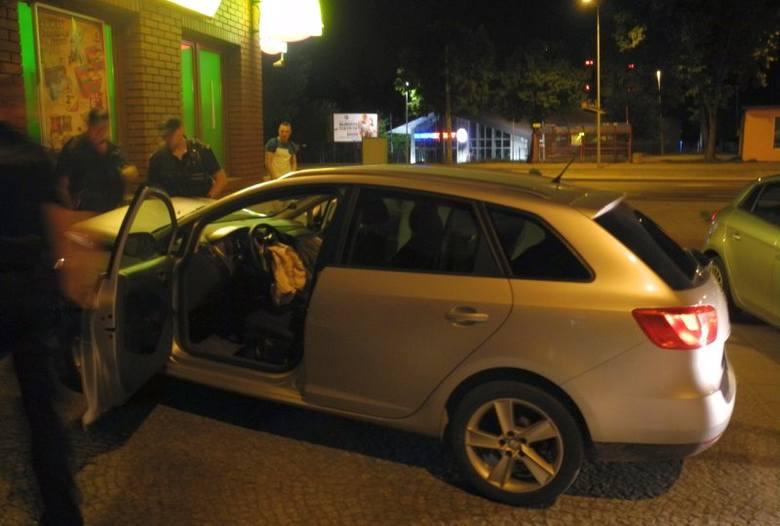 Przed sklepem stał rozbity seat, ale w środku ktoś jednak siedział za kierownicą. Policjanci dobiegli do auta i otworzyli drzwi. W środku, wśród wystrzelonych