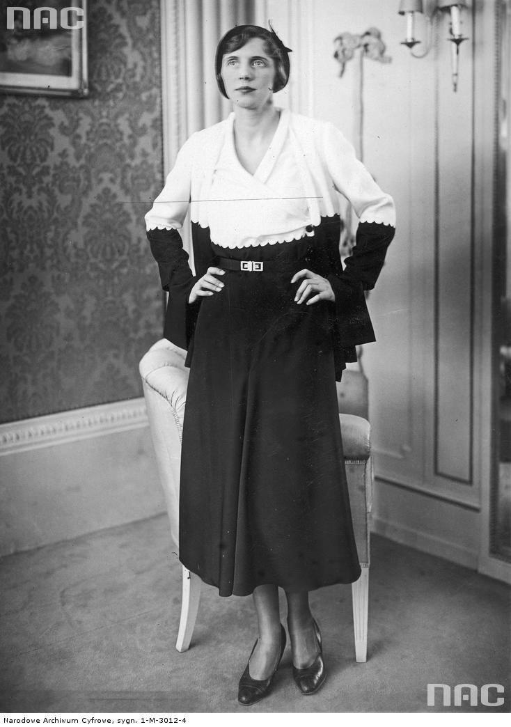 Modelka prezentuje wiosenny popołudniowy komplet w kolorze czarno-białym.