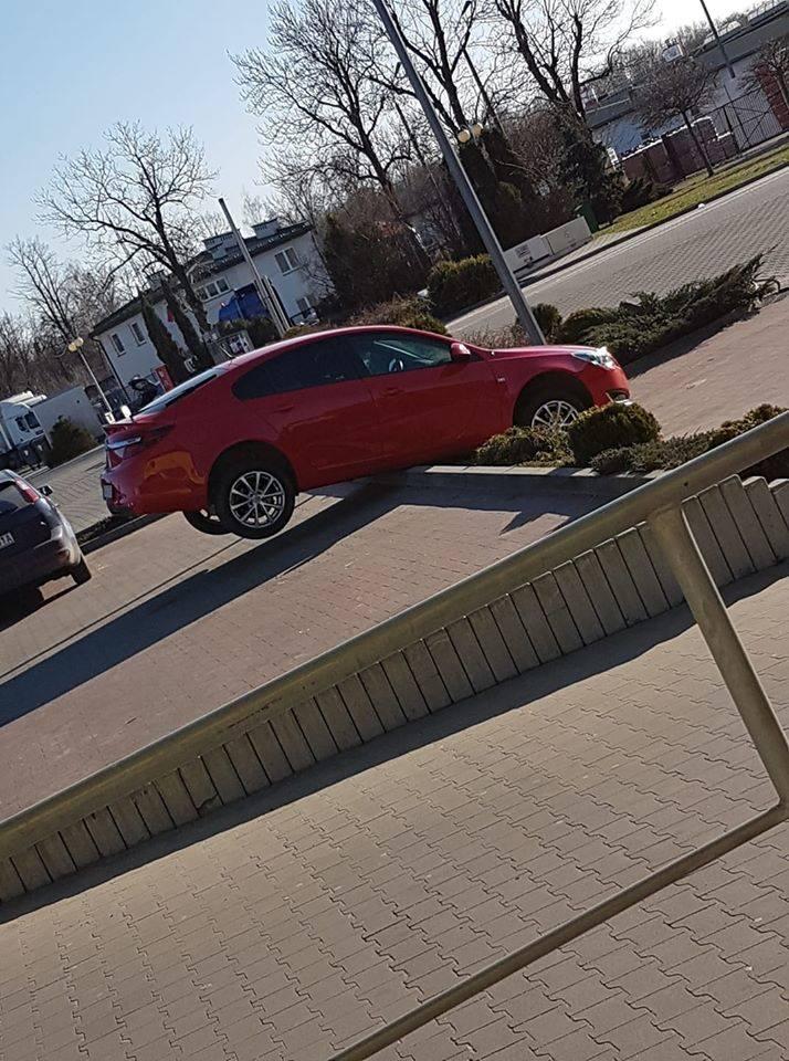 """Małopolscy """"Mistrzowie parkowania"""". Zobacz najgorszych kierowców z naszego regionu [ZDJĘCIA]"""