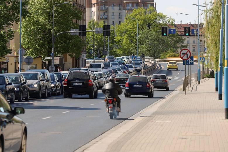 Wyniki obliczeń analityków Ubea.pl informują, że w zależności od miasta wojewódzkiego różnica cenowa dotycząca najtańszego OC oraz całej oferty rynkowej