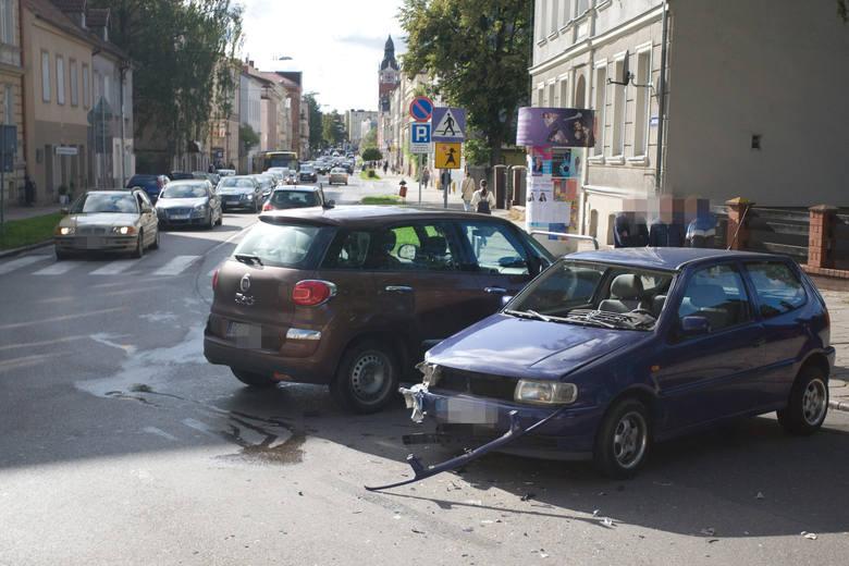 W czwartek (19 września) o godzinie 15. doszło do kolizji na skrzyżowaniu ulicy Armii Krajowej z H. Pobożnego w Słupsku.Kierująca fiatem 500 L wymusiła