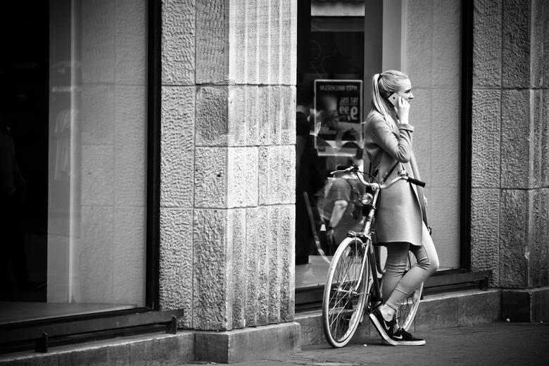Rowery miejskie upodobała sobie szczególnie płeć piękna. Obecnie taki jednoślad jest nie tylko środkiem lokomocji ale i wyznacznikiem mody.