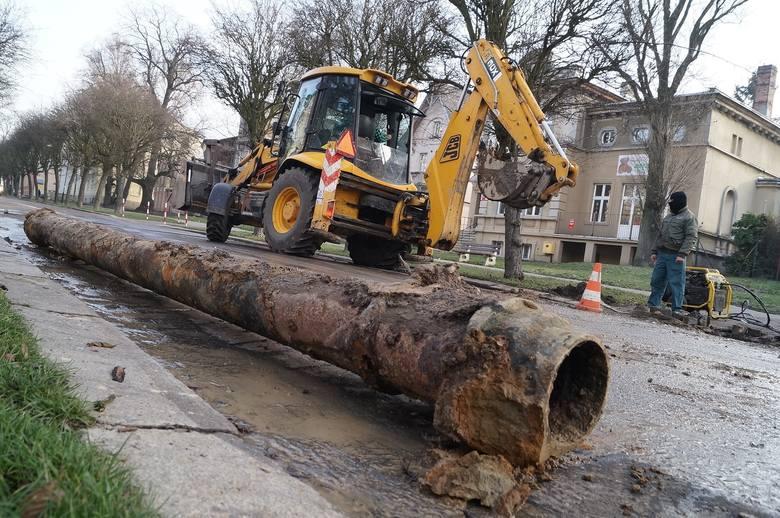 Do poważnej awarii sieci wodociągowej doszło dziś na ul. Solankowej w Inowrocławiu. Z tego powodu mieszkańcy tej części miasta przez kilka godzin pozbawieni