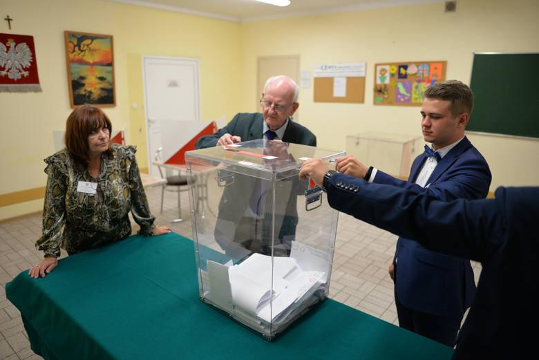 Zakończyło się głosowanie w wyborach parlamentarnych 2019. Zobaczcie, jak liczono głosy w obwodowej komisji wyborczej nr 32 w Zakładzie Opiekuńczo-Leczniczym