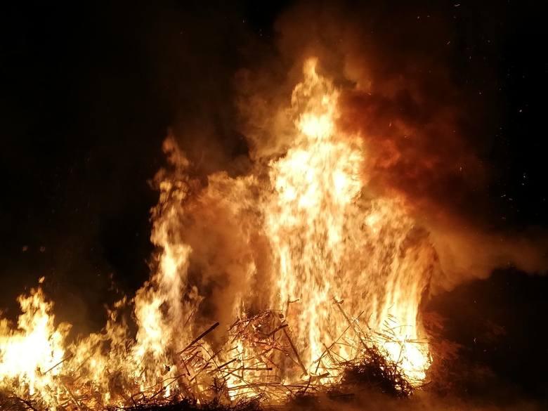 W nocy z czwartku na piątek w okolicach miejscowości Tychówko i Osówko doszło do pożaru sterty drzew iglastych. W akcji gaszenia pożaru brało udział