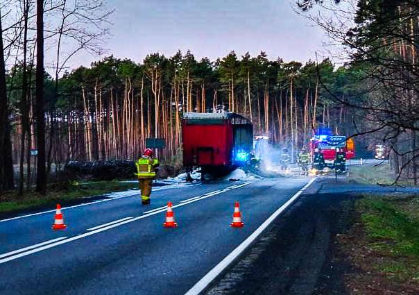 Do pożaru naczepy ciężarówki doszło w czwartek, 13 lutego, w godzinach porannych. Zdarzenie miało miejsce na drodze krajowej nr 22. Na miejsce pożaru