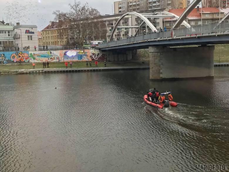 Kobieta miała przebywać w wodzie przez około 20 minut. Nie stawiała oporu przy wyciąganiu z rzeki.