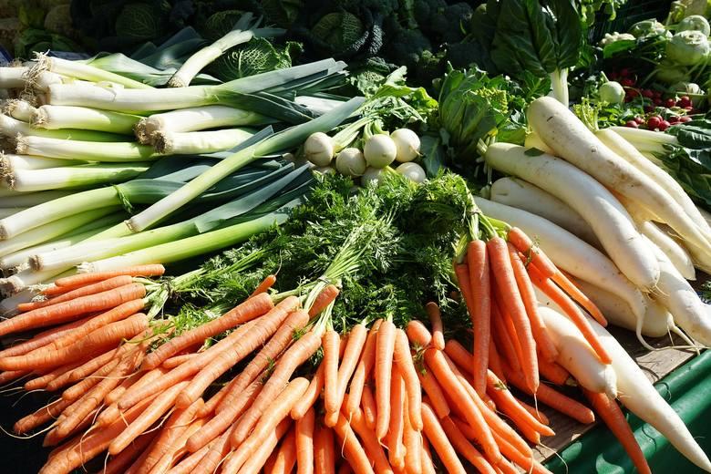 Według analiz do najbardziej problematycznych warzyw poza liściastymi i kiełkami należą te korzeniowe i cebulowe, a także pnące, np. psiankowate (pomidory,