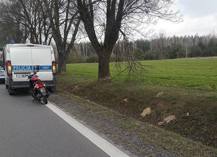 Kobieta, jadąc skuterem w stronę Ostrołeki,, straciła panowanie nad pojazdem i przewróciła się.