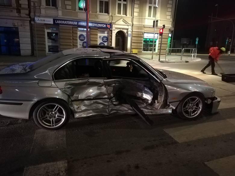 Do zdarzenia drogowego doszło w nocy na ulicy Zwycięzstwa w okolicy PKS w Koszalinie. Zderzyły się dwa samochody osobowe. Według wstępnych informacji