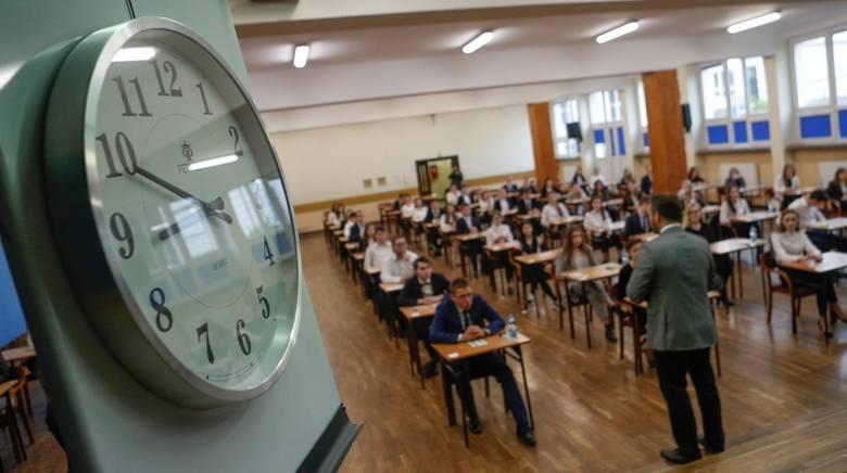 """Matura 2023. Młodzież z rocznika 2004 czekają zmiany na egzaminie dojrzałości. """"Dla wielu będzie to bariera nie do przeskoczenia"""""""