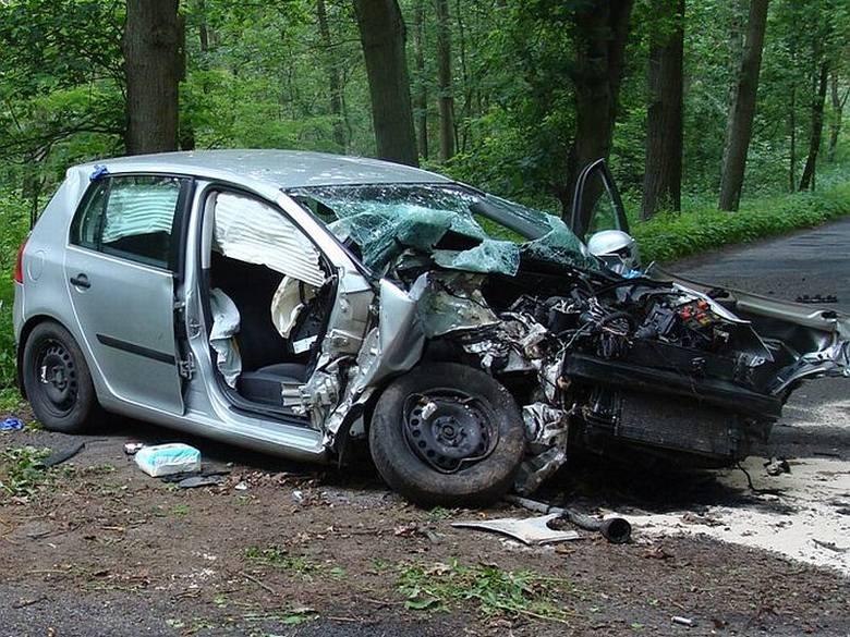 Samochód wpadł w poślizg i uderzył w rosnące przy drodze drzewo.