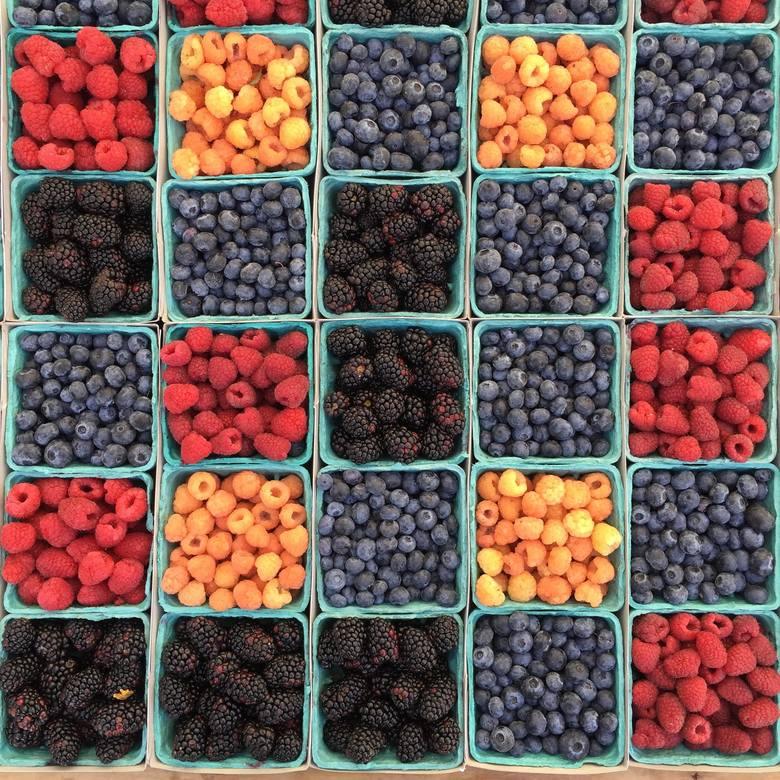 SIĘGAJ PO JAGODYOwoce jagodowe, takie jak truskawki, borówki, jagody, porzeczki, maliny, jeżyny czy winogrona, są cennym źródłem przeciwutleniaczy, które