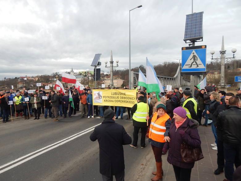 W poniedziałek 8 lutego mieszkańcy zablokowali most na Odrze w Krośnie Odrzańskim. Wten sposób chcą wywalczyć inwestycję dla miasta. To pierwszy z kilku