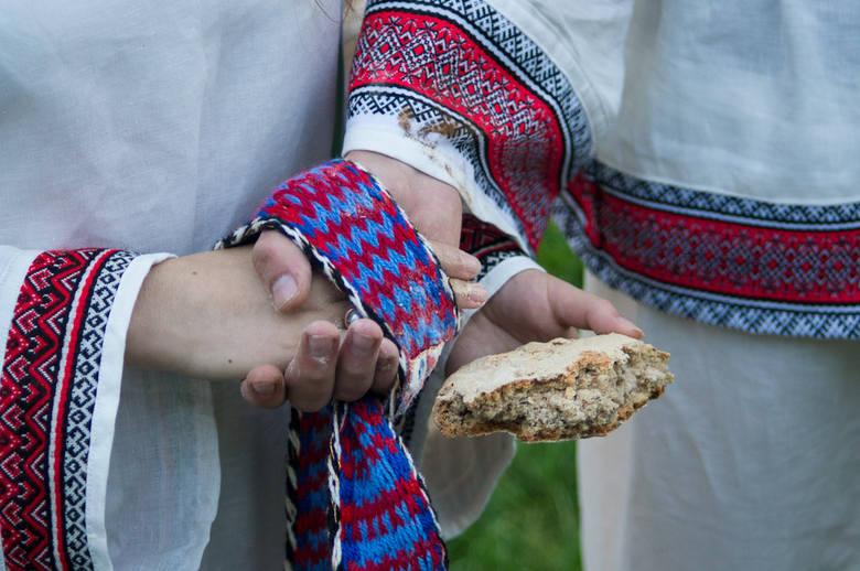 Dłonie młodej pary wciąż są złączone swadziebnikiem - kolorową tkaniną, symbolem ślubów, znakiem wierności wartościom oraz połączenia dwóch duchów.