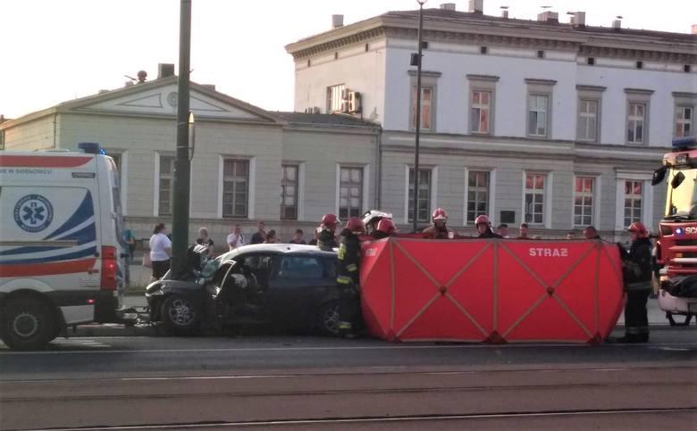 Dramatyczny wypadek w Sosnowcu: 22-latek alfą romeo wbił się w stalową latarnię