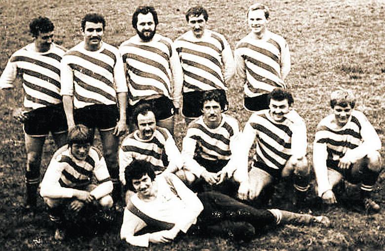 Zdjęcie drużyny z Łowkowic z 1981 roku. W górnym rzędzie od lewej: R. Majer, Z. Bączek, B. Pollak, G. Hulin, B. Felka. Dolny rząd od lewej: Z. Raczek,