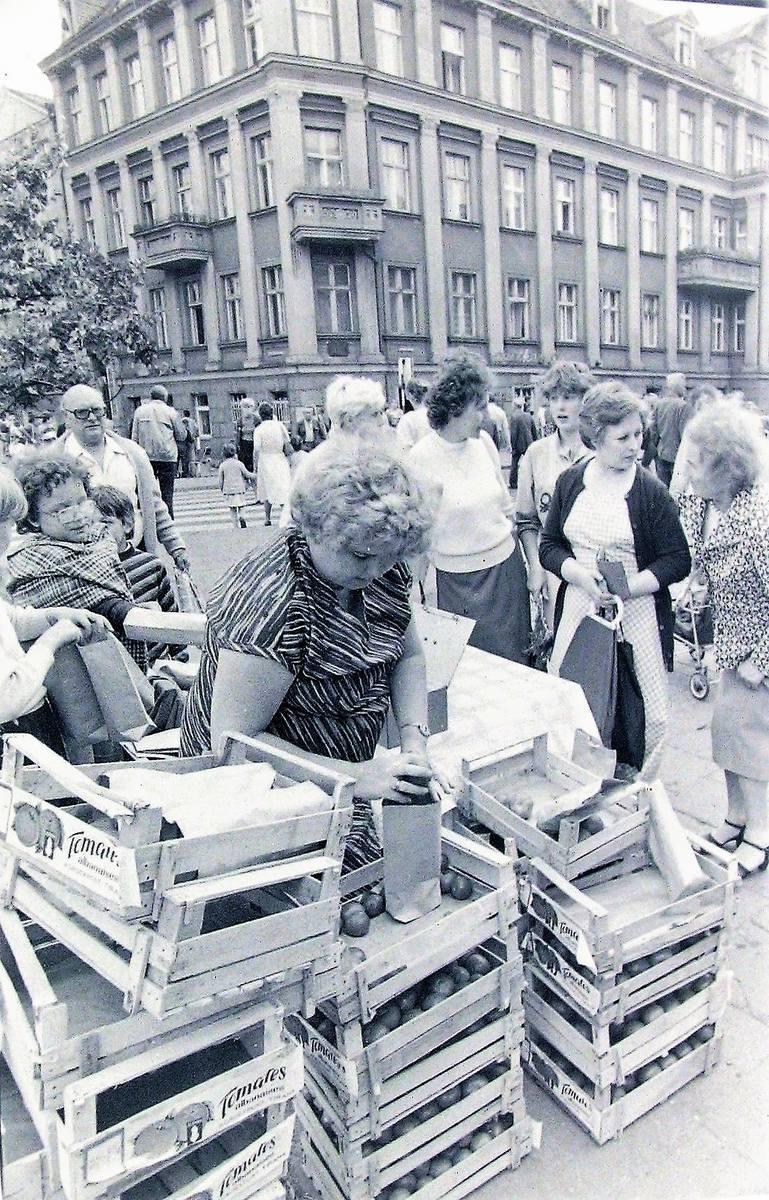 Czerwiec 1986, na początku al. Wojska Polskiego prowizoryczny stragan z pomidorami