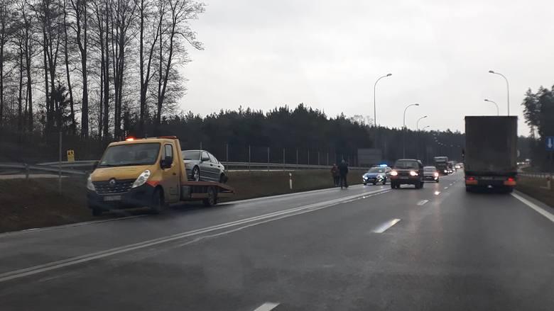 Katrynka. Wypadek na DK 8. Zderzenie dwóch aut osobowych. Jedna osoba trafiła do szpitala [ZDJĘCIA]