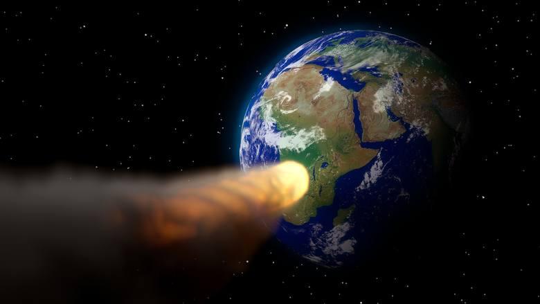 Każdego roku w ziemskiej atmosferze spalają się dziesiątki ton kosmicznych skał. Większe obiekty kosmiczne uderzają w powierzchnię Ziemi raz na 100-1000