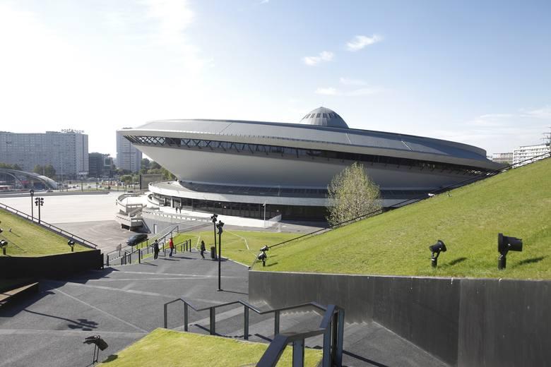Spodek widziany z zielonego dachy Międzynarodowego Centrum Kongresowego. Dach to popularne miejsce na sesje ślubne, ale nie wszyscy wiedzą, że na sesję można wynająć także MCK albo sam Spodek