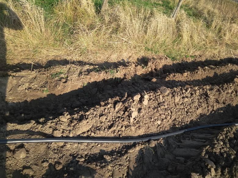 - Podpisaliśmy w 2013 roku zgodę na przeprowadzenie przewodu przez nasze pole, ale mowa była o 70 centymetrach! Mój pług orze najwyżej do 30-40 centymetrów