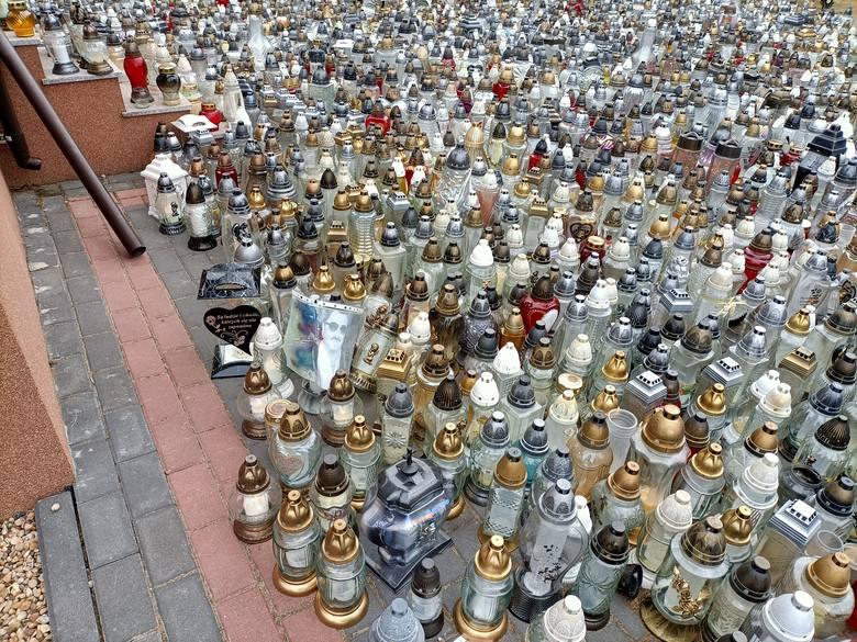 Tłumy fanów odwiedzają grób Krzysztofa Krawczyka! Jak wygląda grób Krzysztofa Krawczyka w Grotnikach? ZOBACZ ZDJĘCIA 30.06.2021