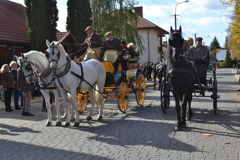 W Broku przed ratuszem odbył się pokaz pojazdów zaprzęgowych