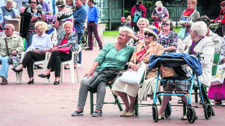 58 procent emerytów i rencistów ocenia swoją sytuację jako przeciętną. To o 4,6 proc. więcej niż wśród gospodarstw ogółem - tak wynika z raportu GUS