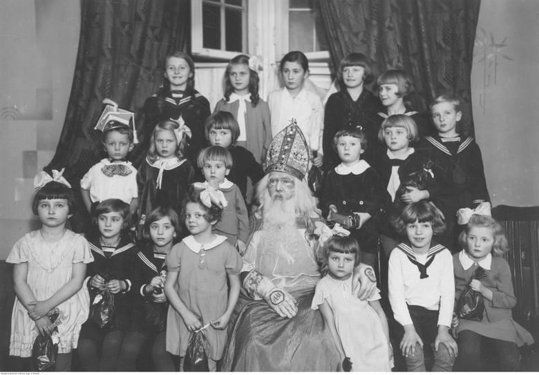 Mikołajki to zwyczaj mający bardzo długą tradycję. Już w średniowieczu dzieci dostawały prezenty od osób przebranych za świętego Mikołaja. Co więcej,
