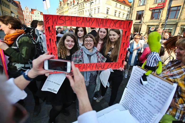 Dokładnie rok temu na wrocławskim Rynku odbył się wiec poparcia dla nauczycieli, którzy dzień później rozpoczęli strajk. Domagali się podwyżek płac.Przejdź