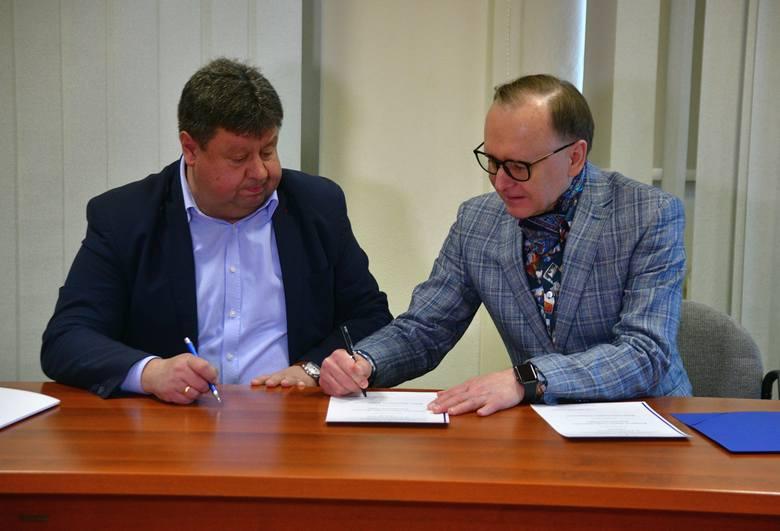 Burmistrz Dariusz Piątek (z lewej) i prof. Dariusz Trześniowski, podczas podpisywania umowy o współpracy.