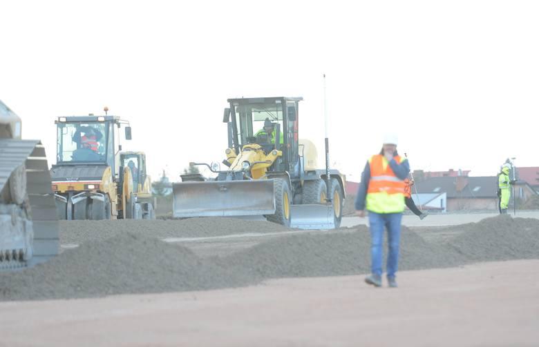 Trwają prace przy przebudowie pasa startowego ZOBACZ ZDJĘCIA